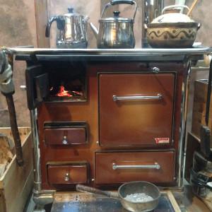 お食事は薪のキッチンストーブで直火調理した玄米菜食(食養生)です。
